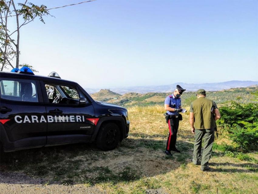 Battuta di caccia illegale. Colpo vagante ferisce cacciatore 59enne. I carabinieri denunciano 5 persone