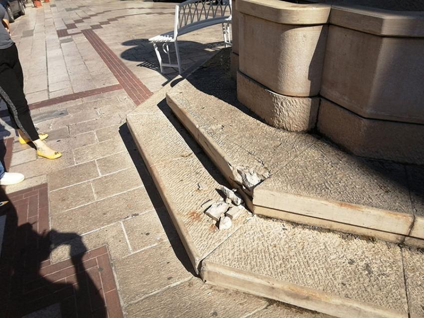 Danneggiata la base in pietra della fontana monumentale di S.Antonio Abate