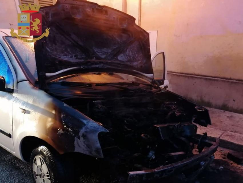 Auto incendiata per dissidi lavorativi: denunciata dalla Polizia una donna 41enne